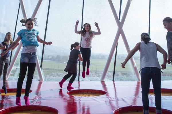 Swarovski Kinder hüpfen
