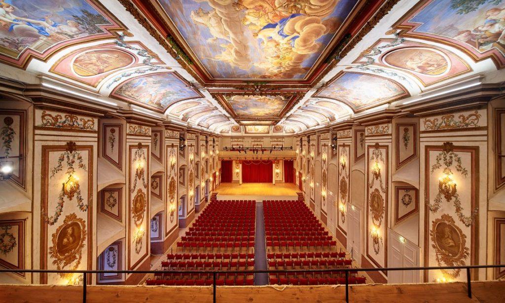 Schloss-Esterhazy_Schlossfuehrung_Haydnsaal-Balkon-weiss_cPaul-Szimak_HQ